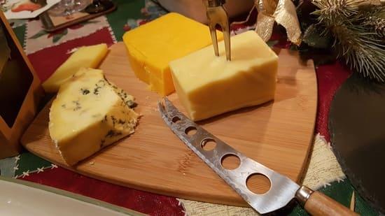 Coltello-formaggio-a-lama-traforata